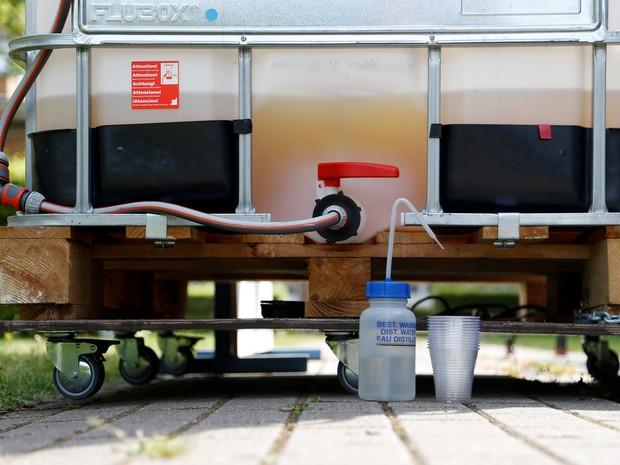 A urina é coletada em um grande tanque e aquecida com energia solar (Foto: Francois Lenoir/Reuters)