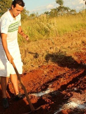 Peter, artilheiro da Francana, planta árvore em recanto ecológico (Foto: Divulgação / MacBoot)