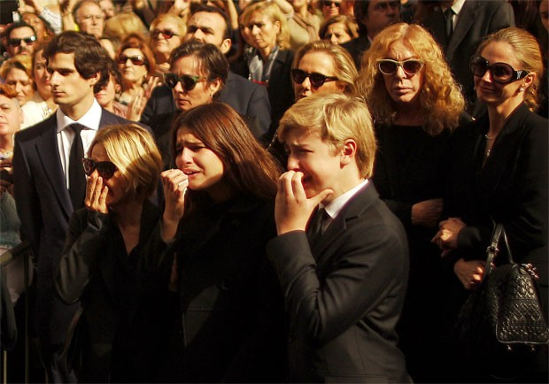 A filha da duquesa,  Maria Eugenia Martinez de Irujo, a neta Cayetana e o neto Luis Martinez (em primeiro plano da esquerda para a direita)  choram a perda da familiar (Foto: Jon Nazca/Reuters)