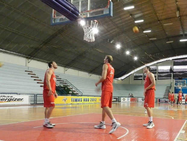 Day, Leo e Cipolini durante treino do basquete de Uberlândia na quarta-feira (Foto: Felipe Santos)