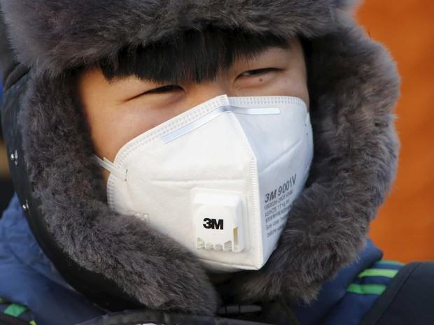 Jovem usa máscara protetora em Pequim (Foto: Kim Kyung-Hoon / Reuters)