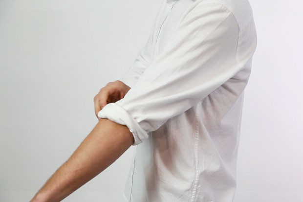 Como dobrar a manga da sua camisa (Foto: GQ)