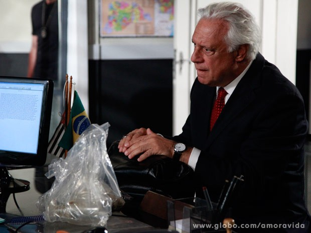 César pede ajuda para Assis (Foto: Ellen Soares/ TV Globo)