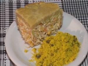 Torta de frango com alho poró acompanhado de farofa de pernil com uvas-passas (Foto: Reprodução/TV Grande Rio)