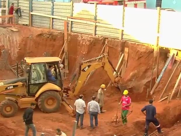 Dois operários morrem soterrados em obra, em Goiânia, Goiás (Foto: Reprodução/TV Anhanguera)