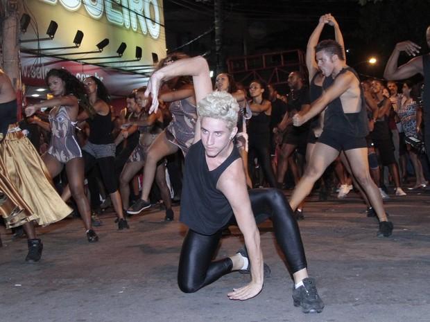 Dançarino Lucas Oliveira em ensaio de rua do Salgueiro, na Zona Norte do Rio (Foto: Isac Luz/ EGO)