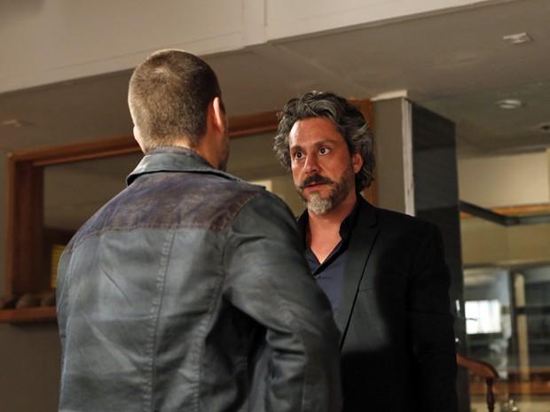 Zé coloca João Lucas contra a parede (Foto: Artur Meninea/TV Globo)