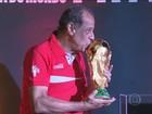 Taça da Copa chega ao Brasil e é exposta no Maracanã, no Rio