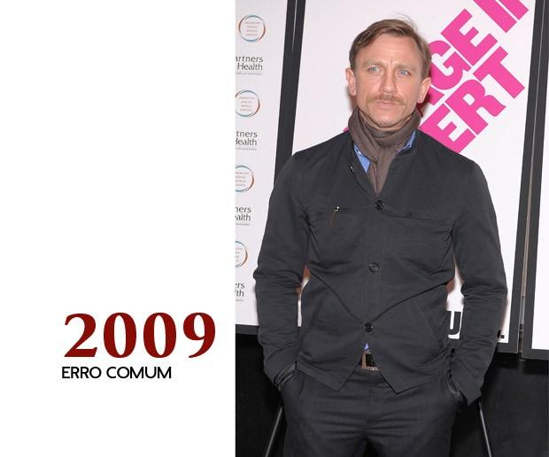 """E eis que Craig comete a obrigatória fase artística do ator usando uma """"shacket"""" (mistura de camisa com jaqueta) e écharpe. Esse não é o homem que conhecemos... desça para a foto seguinte... (Foto: GQ)"""