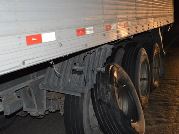 Carro colidiu com rodas de caminhão (Foto: Edivaldo Braga/ blogbraga)