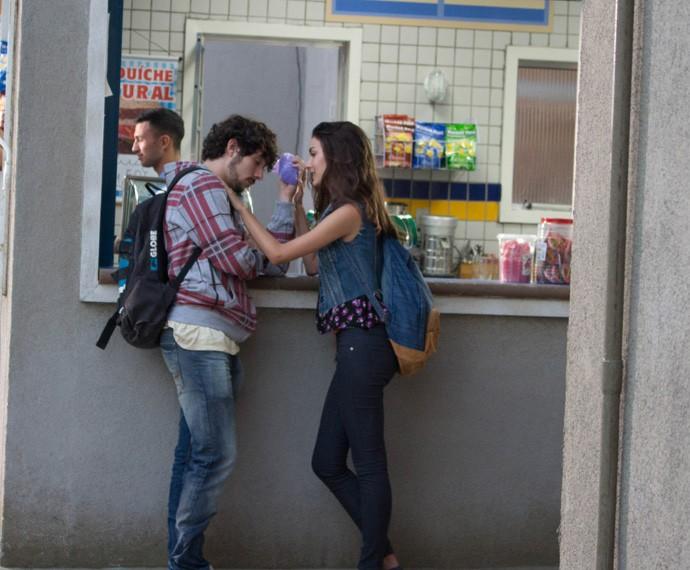 Luciana faz curativo em Luan (Foto: Rodrigo Brisolla/Gshow)