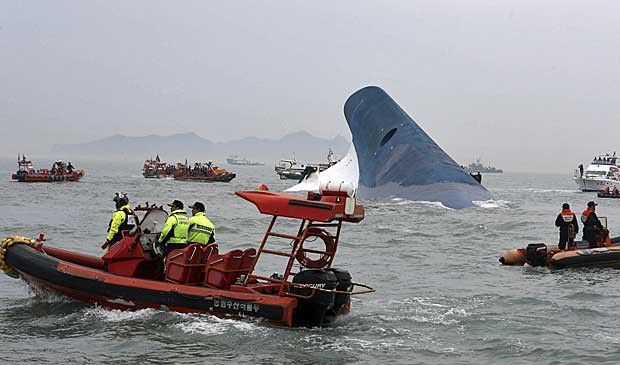 Equipes de resgate procuram por sobreviventes. (Foto: Hyung Min-woo / Yonhap / Via Reuters )