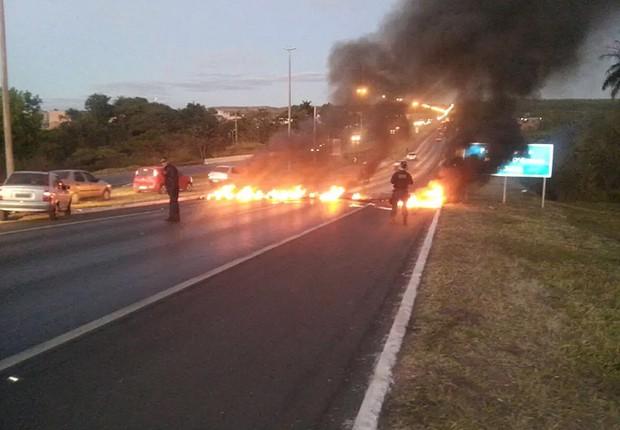 Manifestantes areiam fogo em bloqueio em trecho da BR-020, em dia de greve geral (Foto: Reprodução/Instagram)
