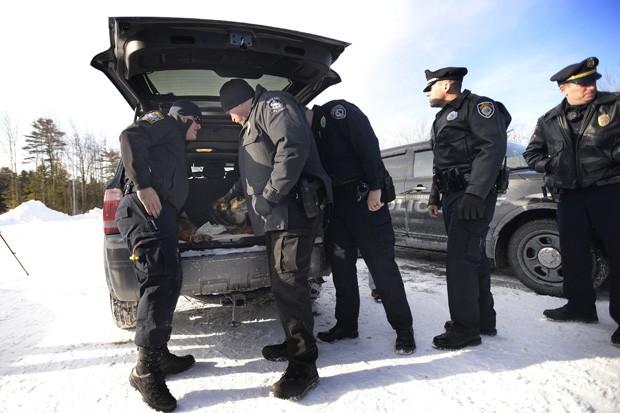 Policiais fazem fila para se despedir de Sultan no dia 13 de fevereiro (Foto: AP Photo/The Press Herald, Shawn Patrick Ouellette)