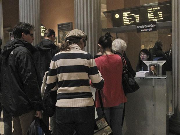 Visitantes na bilheteria do Metropolitan Museum, em Nova York (Foto: AP Photo/Mary Altaffer)