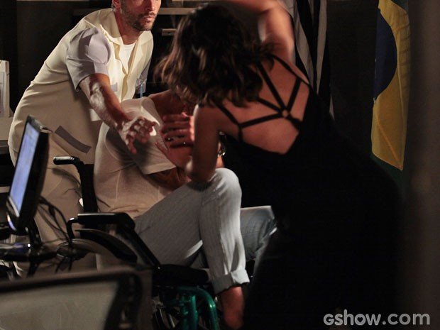 Com ódio nas veias, Aline ataca o amante na frente do delegado (Foto: Pedro Curi/ TV Globo)