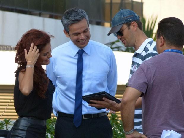 Paloma e Otaviano ouvem atentos às orientações do diretor (Foto: Salve Jorge/TV Globo)