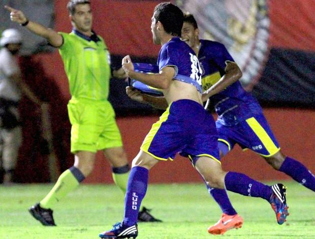Pedro Carmona comemora gol do São Caetano contra o Vitória (Foto: Felipe Oliveira / Agência Estado)