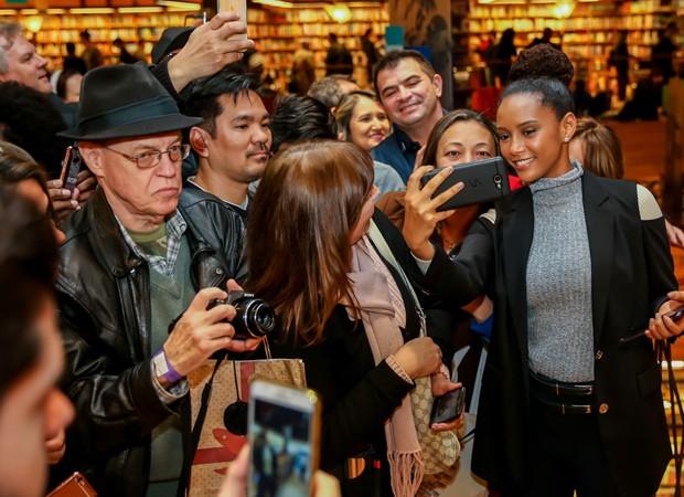 Taís Araújo faz selfies com fãs (Foto: Manuela Scarpa/Brazil News)