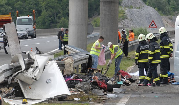 Um acidente de ônibus próximo a um túnel matou 7 pessoas e deixou 44 feridos neste sábado (23) em Sveti Rok, a 230 quilômetros de Zagreb, capital da Croácia.  O veículo, que rumava para a cidade de Split, levava 50 pessoas. (Foto: AFP)