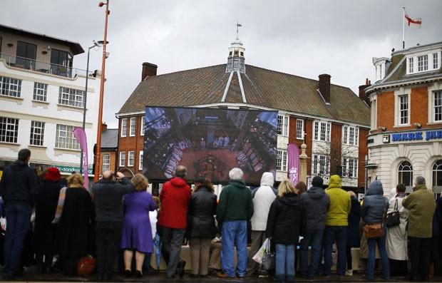 Pessoas assistem cerimônia fúnebre do rei Ricardo III em um telão em Leicester, na Inglaterra, nesta quinta-feira (26) (Foto: Darren Staples/Reuters)