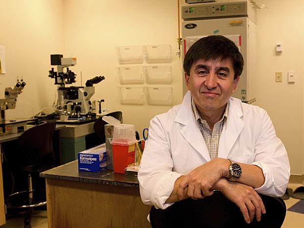 Shoukhrat Mitalipov em seu laboratório no Oregon (Foto: Oregon Health & Science University/Reuters)