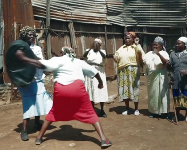 Mulheres aprendem karatê no Quênia para se proteger dos estupradores (Foto: Reprodução Twitter)