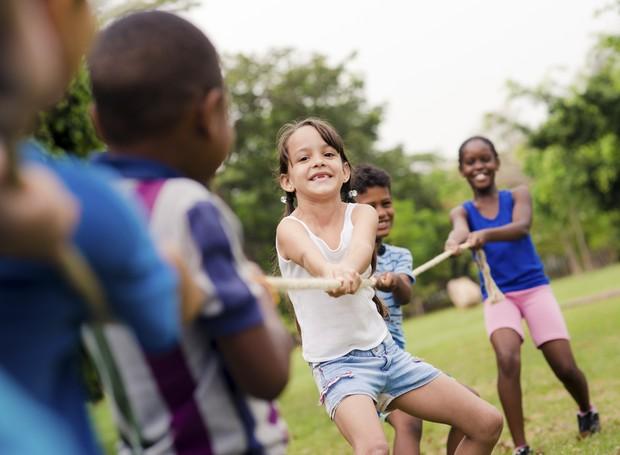 Crianças se divertem no acampamento (Foto: Thinkstock)