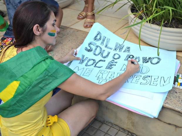 A professora Suelange Horácio, de 40 anos, levou cartolinas e canetas extras para distribuir aos manifestantes. 'Aqui na empolgação a gente se inspira mais' (Foto: Quésia Melo/G1)