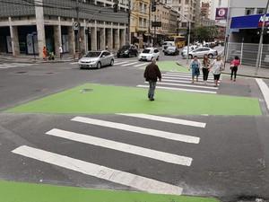 Calçadas verdes são ampliações das calçadas normais e foram implantadas na região central de Curitiba (Foto: Luiz Costa/SMCS/Divulgação)