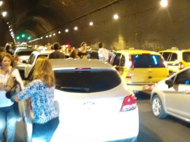 Tráfego no Rebouças ficou totalmente parado, enquanto os ocupantes dos veículos desembarcaram para buscar se proteger de tiros (Foto: Zilmar Sebastião / Arquivo Pessoal)