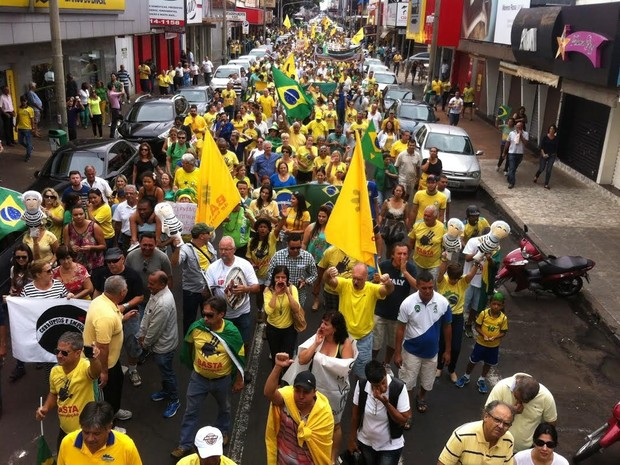 Passeata na Avenida Afonso Pena em Uberlândia (Foto: Emerson Jardim/G1)