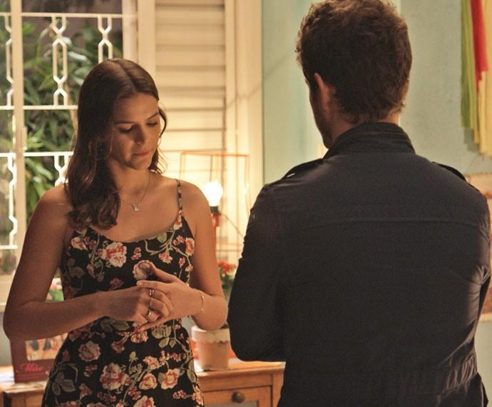 Mari fica em dúvida se deve aceitar dinheiro de Benjamin (Foto: TV Globo)