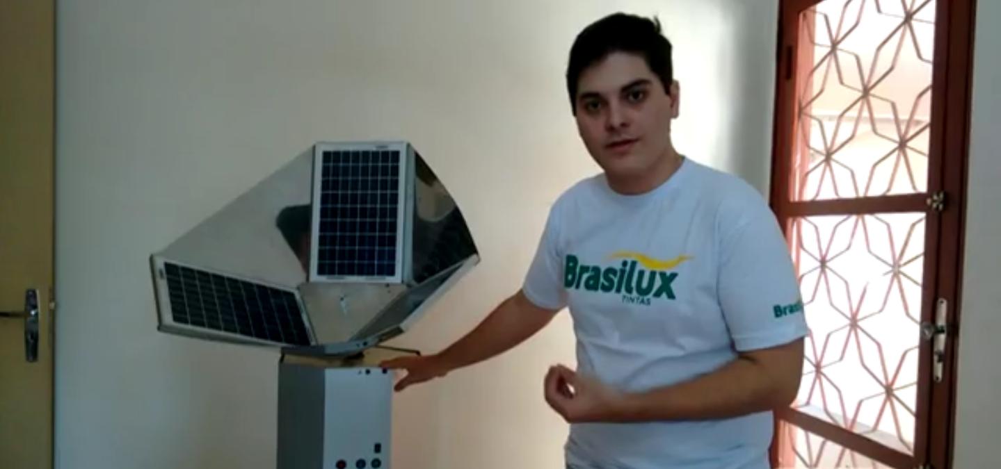 Ygor e a máquina que criou com o auxílio do zelador de sua escola (Foto: Reprodução)
