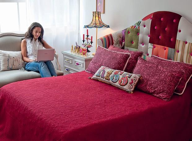 A sensação deste quarto de casal é a cabeceira de patchwork. Repare como o botonê de veludo pink dá vida à composição (Foto: Ricardo Corrêa )