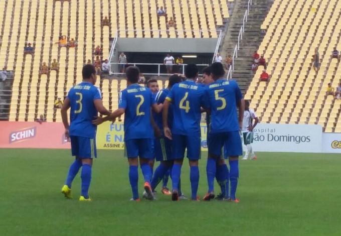 Jogadores do Araioses comemoram gol contra o Expressinho (Foto: Bruno Alves / GloboEsporte.com)