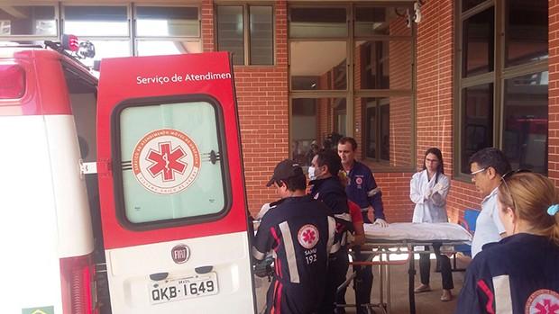 Macas foram usadas como leitos hospitalares por equipe médica (Foto: Ana Paula Rehbein / TV Anhanguera)