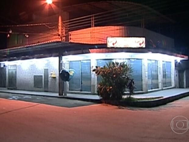 Diretor do jornal Hora H foi assassinado em padaria na Baixada Fluminense (Foto: Reprodução/TV Globo)
