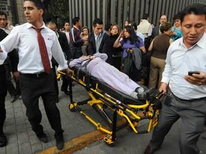 Uma pessoa ferida é resgatada após explosão na Pemex, no México. (Foto: Alejandro Dias/Reuters)