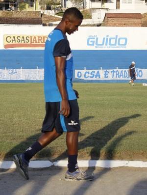 Lateral do CSA, Fabiano volta a treinar após cirurgia delicada no rosto (Foto: Caio Lorena / GloboEsporte.com)