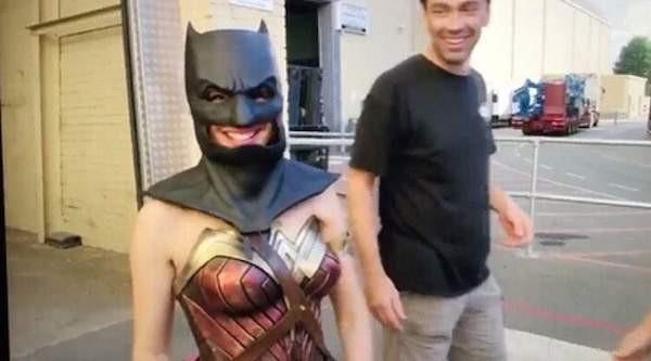 A atriz Gal Gadot com o uniforme da Mulher-Maravilha e máscara do Batman nos bastidores de Liga da Justiça (Foto: Reprodução)
