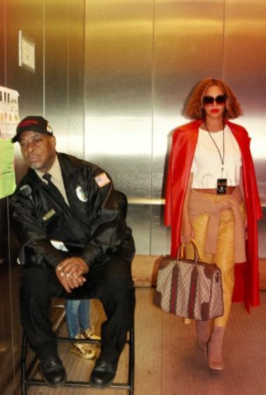 O elevador foi uma das outras locaçōes escolhidas pelo casal (Foto: Reproduçāo Beyoncé.com)