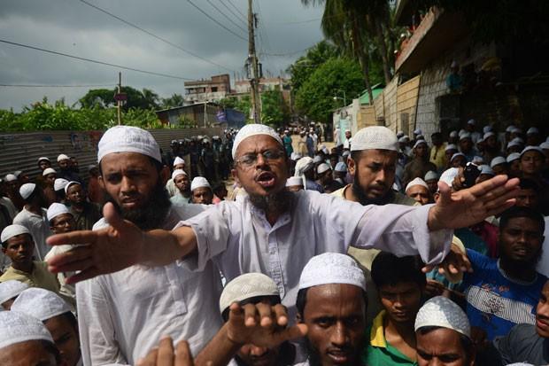 Dezenas de pessoas protestaram em Bangladesh contra filme anti-Islã. (Foto: Munir Uz Zaman/AFP)