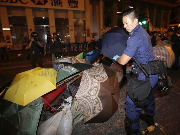 Policiais retiram nesta quinta-feira (16) barricada de guarda-chuva montada por manifestantes nas ruas do centro de Hong Kong (Foto: REUTERS/Carlos Barria)