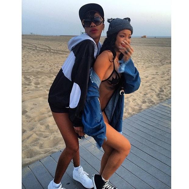 Com amiga, Rihanna usa body transparente (Foto: Instagram/ Reprodução)