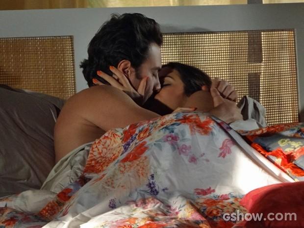 Casal comemora pedido de casamento na cama (Foto: Em Família/ TV Globo)