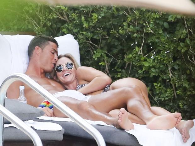 Cristiano Ronaldo e a modelo Cassandre Davis em piscina de hotel em Miami, nos Estados Unidos (Foto: Grosby Group/ Agência)