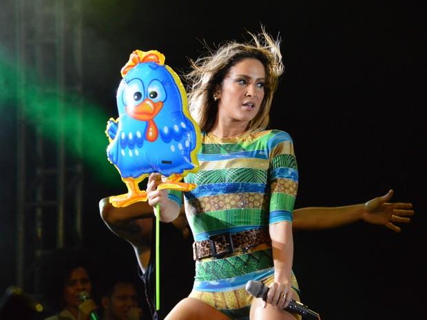 Claudia Leitte dança segurando um balão da Galinha Pintadinha em show em São Lourenço da Mata, Pernambuco (Foto: Felipe Souto Maior/ Ag. News)