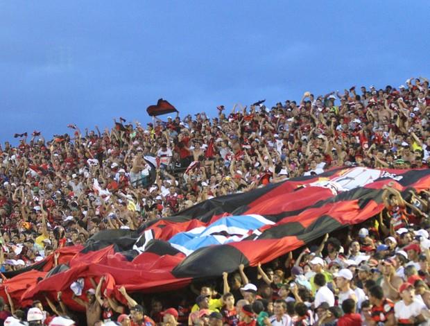 Torcida do Campinense exibe camisa gigante na final da Copa do Nordeste contra o ASA (Foto: Magnus Menezes / Jornal da Paraíba)