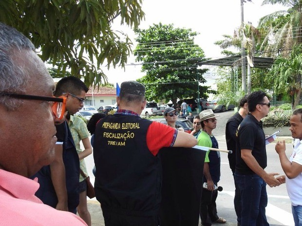 Tribunal Regional Eleitoral fiscalizou materiais de campanha (Foto: Adneison Severiano/G1 AM)